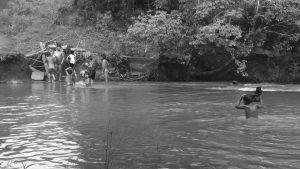 Misiones: una ardua travesía nadando para ir a la escuela