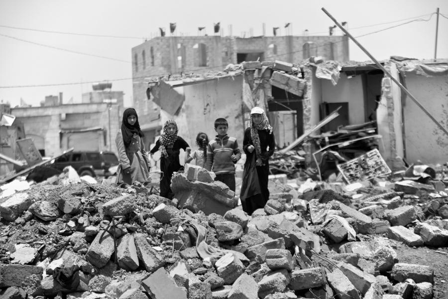 Unos niños entre la devastación causada por los bombardeos saudíes en Saná, Yemen, el 18 de mayo del 2015. (AP foto/Hani Mohammed)