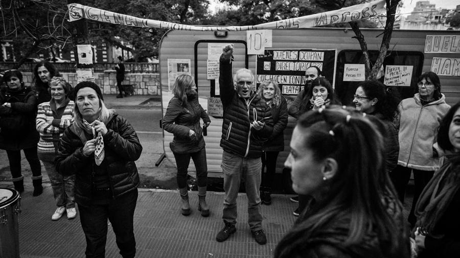 La música Vivi Pozzebón acompañó este miércoles el reclamo de Pecas. (Fotografía Colectivo Manifiesto / La Tinta)