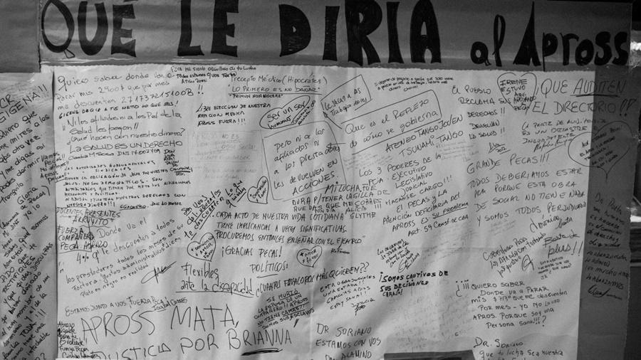 La protesta de Pecas visibilizó el reclamo de miles de usuarios que padecen la burocracia de Apross. (Fotografía Colectivo Manifiesto / La Tinta)