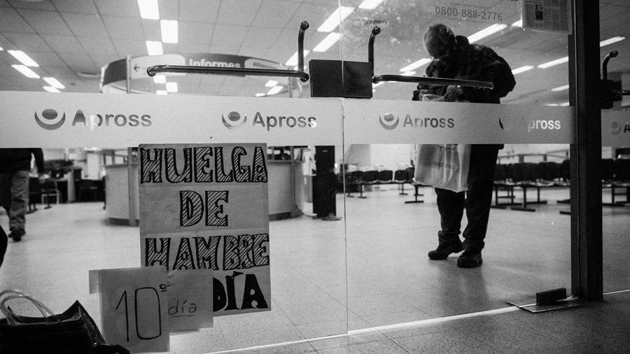 Soriano lleva ya 11 días de huelga de hambre frente a Apross (Fotografía Colectivo Manifiesto / La Tinta)
