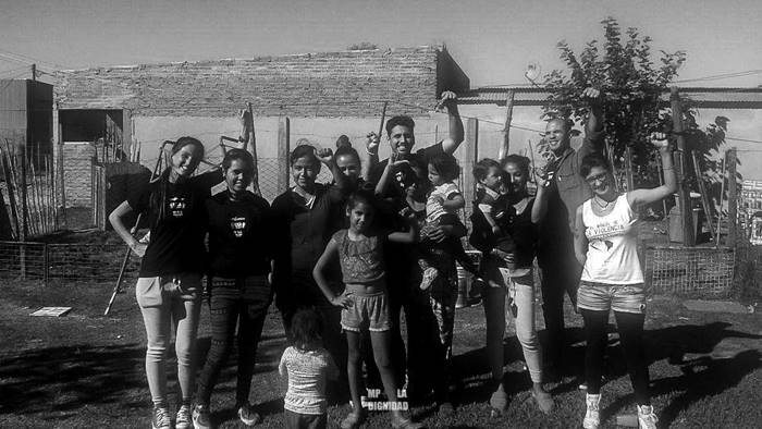 En barrio Los Hornos, lxs vecinxs se organizan y trabajan diariamente para mejorar sus condiciones de vida