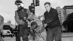 Fuerte represión contra manifestantes que pedían trabajo sobre 9 de Julio