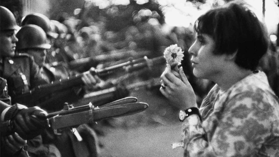 fusiles y crisantemos marc riboud portada