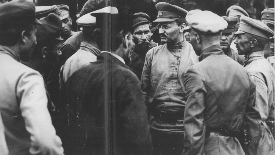 1919-Trotskij-sredi-krasnoarmejtsev