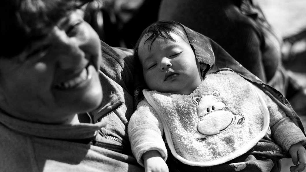 Madre-hijo-bebe-barrio-pobres