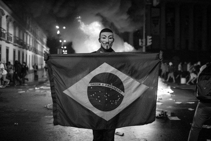 Brasil-fuego-Anonymus-bandera-protesta