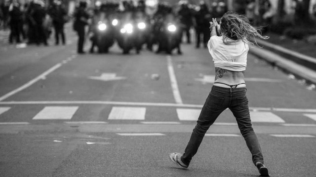 Emergentes-mujer-protesta-represion-violencia-01