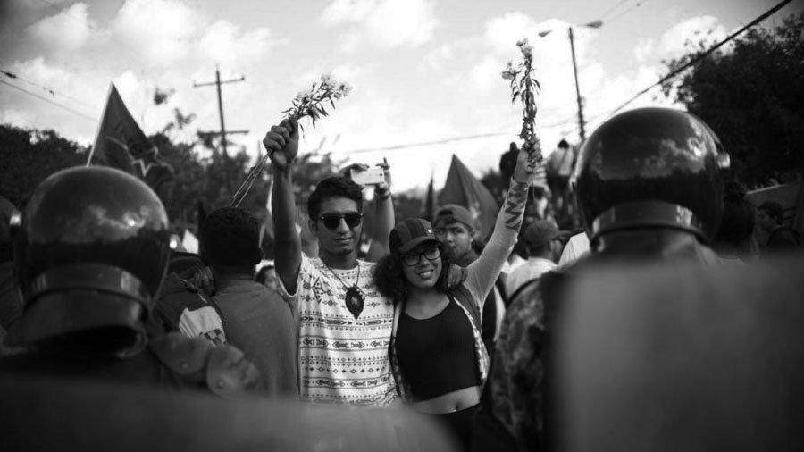 Honduras-protesta-policia-jovenes