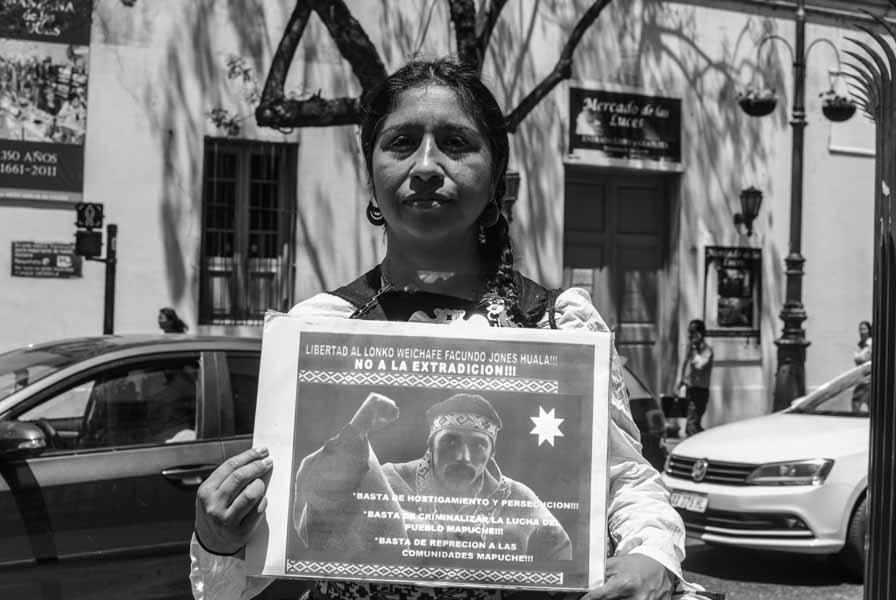 Mujer-cartel-Facundo-Jones-Huala-protesta-Quilomba
