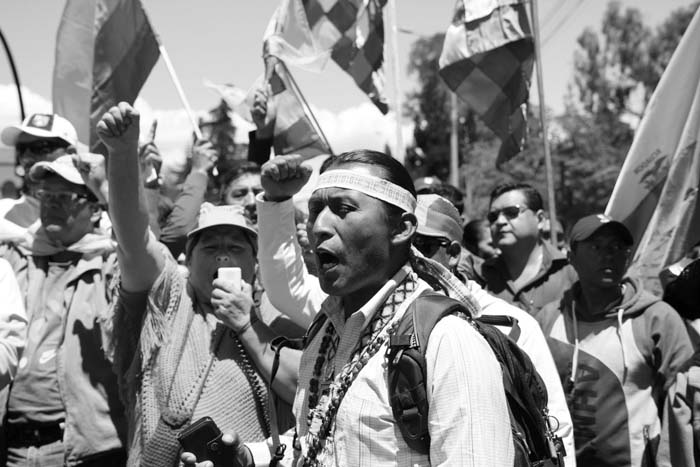 Protestas-Ecuador-pueblos-originarios-banderas