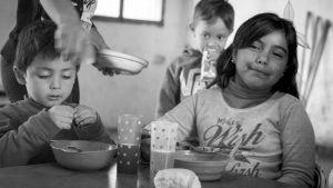 Reclaman alimentos en supermercados por la deuda de Nación con comedores