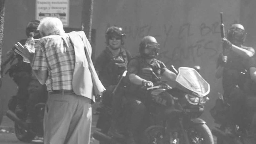 mucha tropa riendo en las calle de Pena_Portada