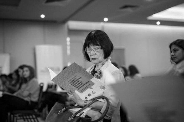 silvia-federici-Nacho-Yuchark-lavaca-feminismo-mujer-publico-leyendo