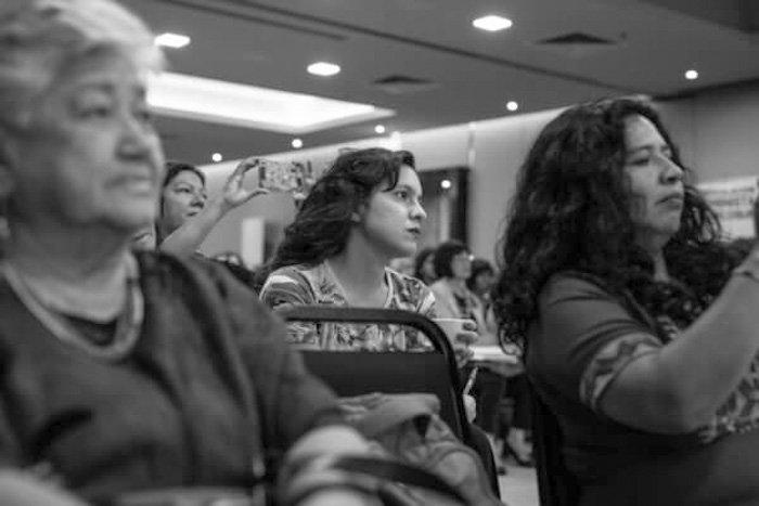 silvia-federici-exponiendo-Nacho-Yuchark-lavaca-feminismo-mujeres-publico-celulares