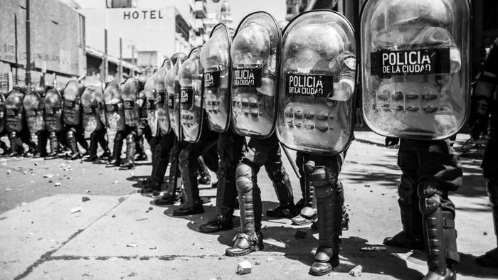 piedra-tirar-policia-mafia