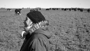 Una mujer y sus rodeos para sanar la tierra