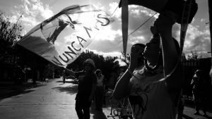 Mi vecino el asesino: escrache a represor condenado suelto en barrio Panamericano