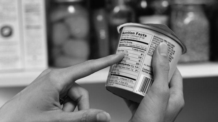 mirar-etiquetas-supermercado-alimentos-compras-comida-02