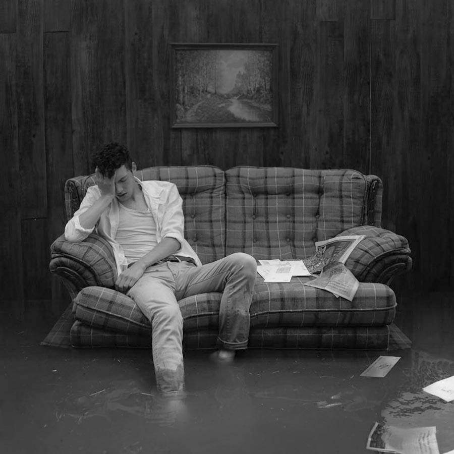 Kyle-Thompson-sillon-hombre-solo-casa