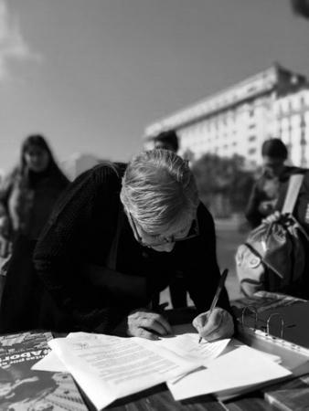 Lucia-Apogliessi-firma-carta-aborto-legal