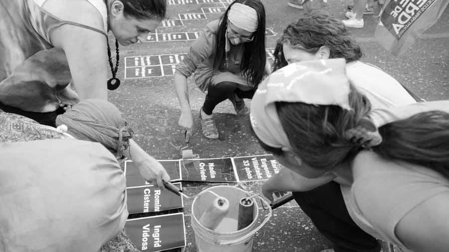 25-noviembre-marcha-pegatina-mujeres-femicidios-Colectivo-Manifiesto-10