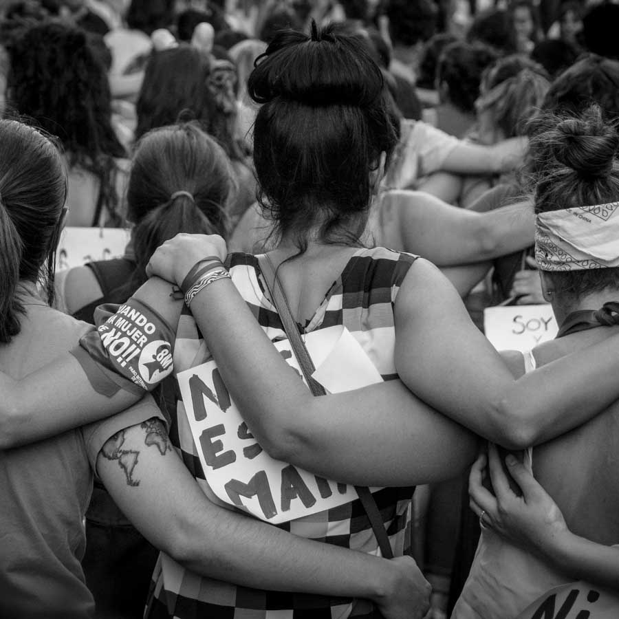 Marcha-8M-Paro-Mujeres-abrazo-feminismo