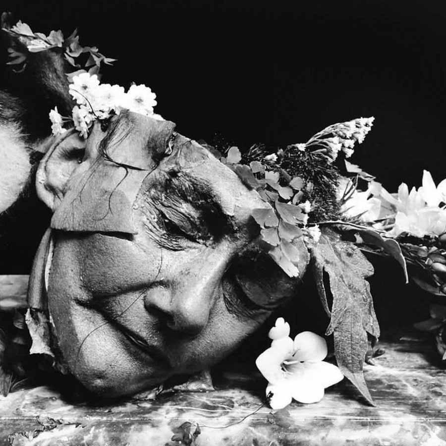 Joel-Peter-Witkin-mono-cabeza-cadaver-flores