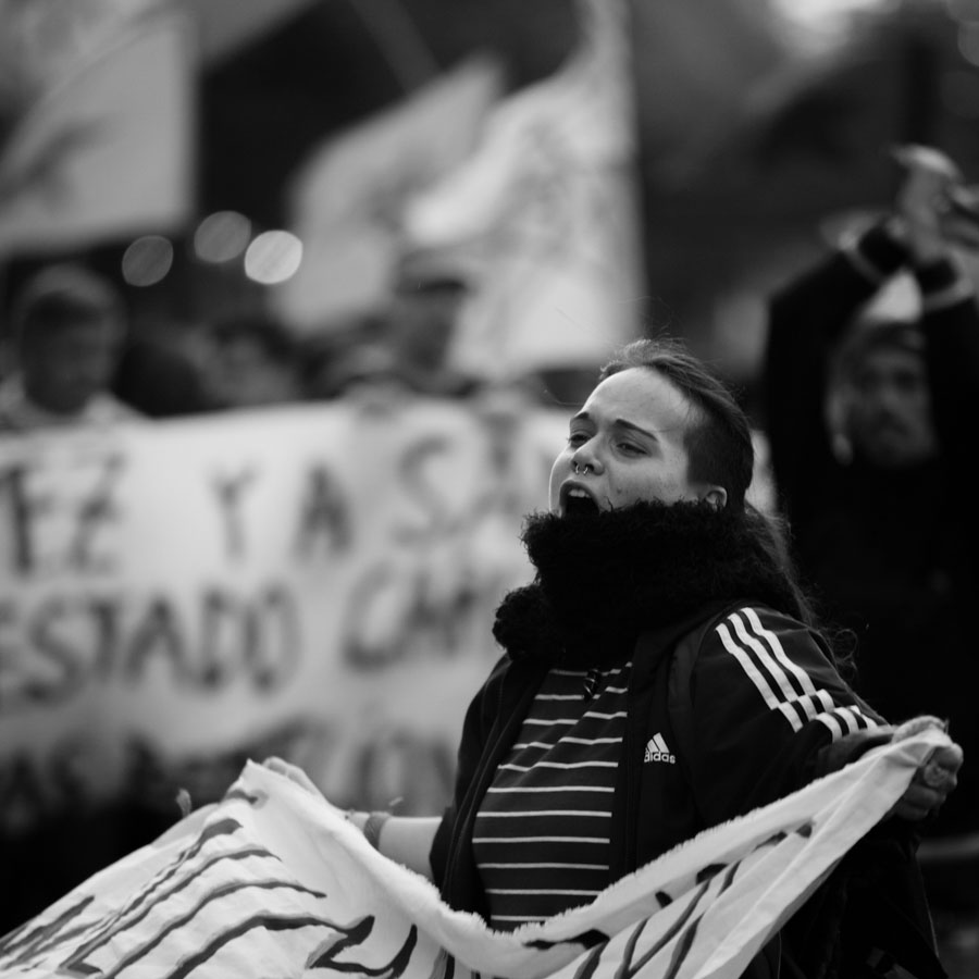 Mujer-grito-marcha-protesta