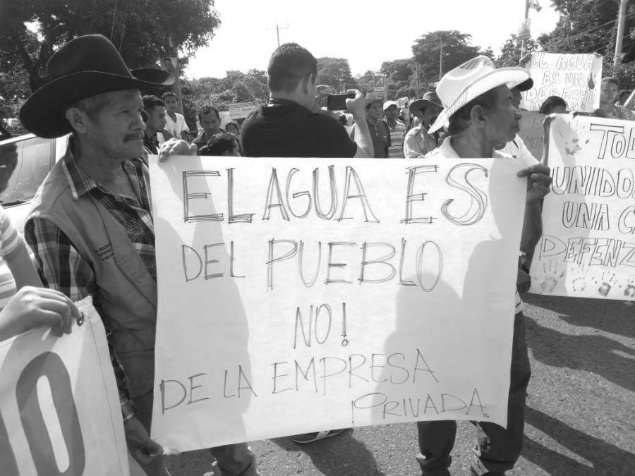 El-Salvador-protesta-contra-la-explotacion-del-agua-la-tinta