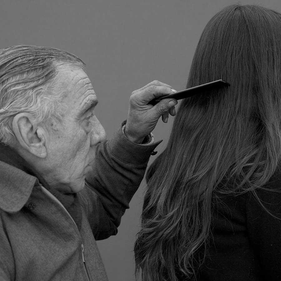 mariela-sancari-moises-mujer-peinar-padre-hombre