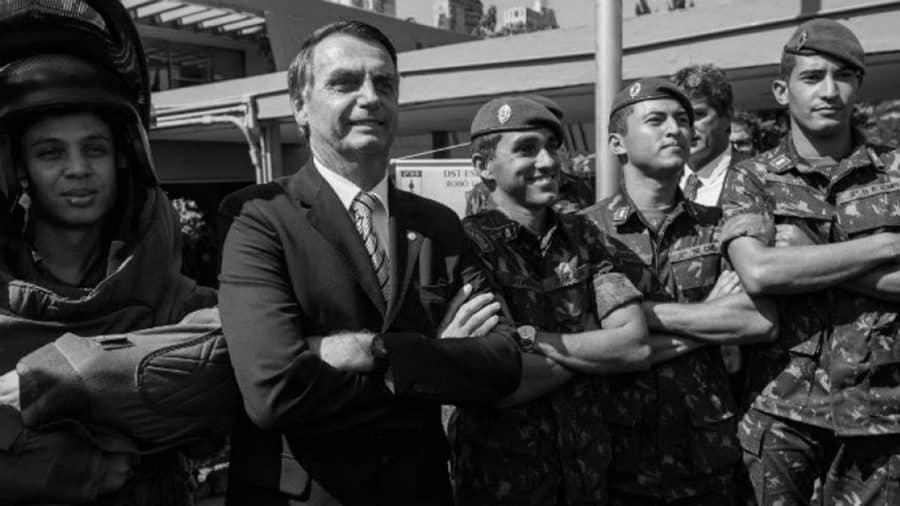 Brasil Bolsonaro junto a militares la-tinta