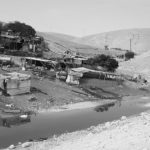 Colonos israelíes inundan la aldea Khan Al Ahmar con aguas residuales