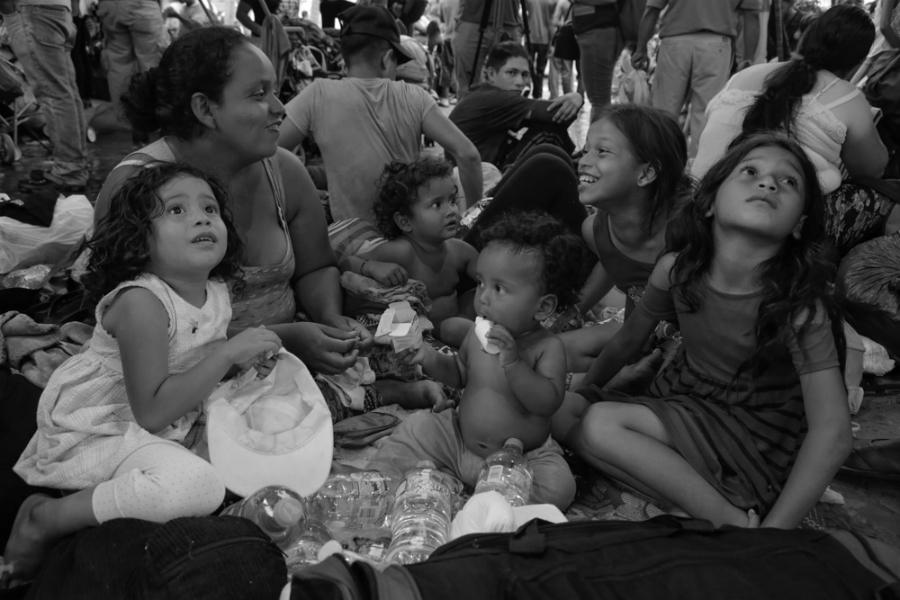 Caravana migrante descanso y risas la-tinta