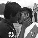 El artista detrás del beso Superclásico que se hizo viral