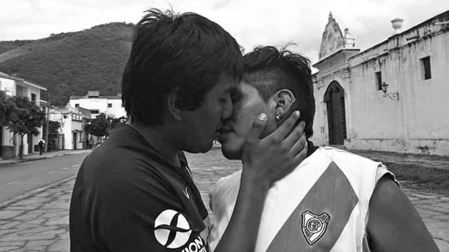 El artista detrás del beso Superclásico que se hizo viral_portada