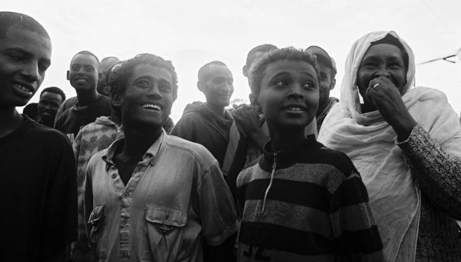 Etiopia Africa jovenes en las calles la-tinta