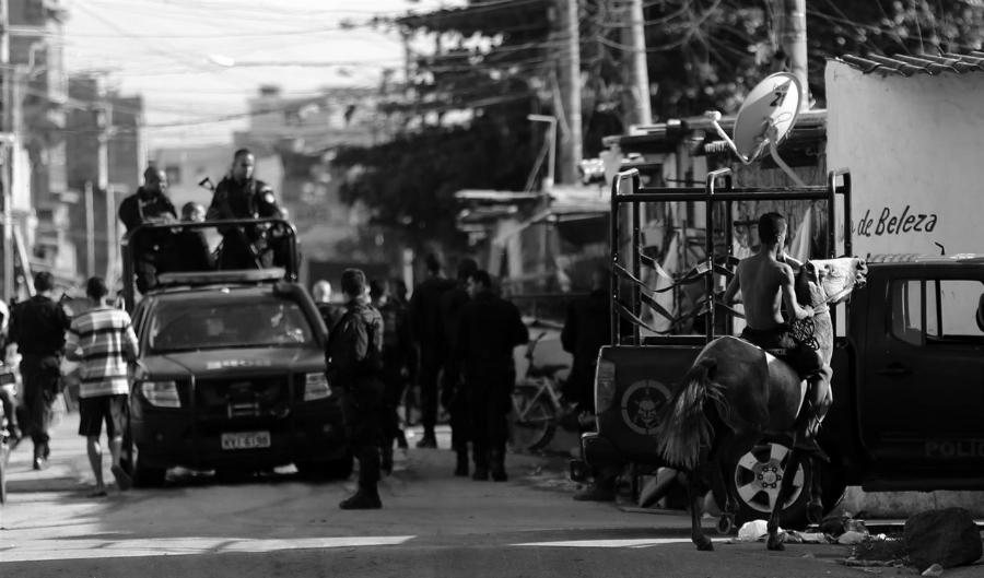 Brasil favela policia la-tinta