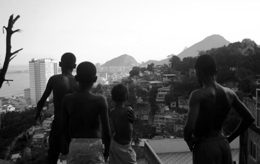 Brasil niños de las favelas la-tinta
