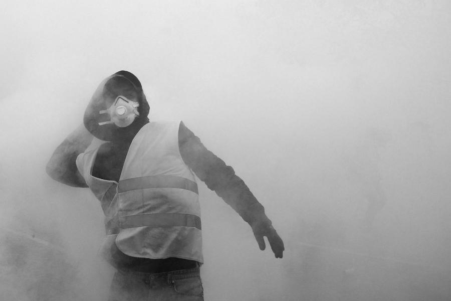 Francia manifestante gases lacrimogenos la-tinta