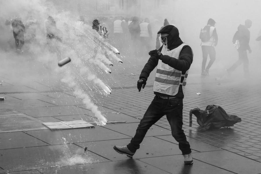 Francia manifestante represion la-tinta