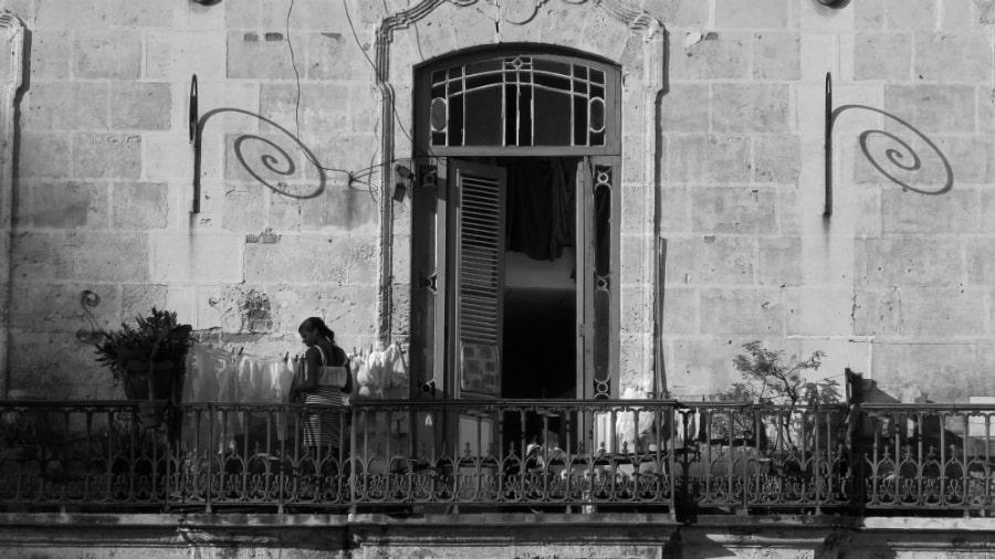 Cuba mujer Habana Vieja la-tinta