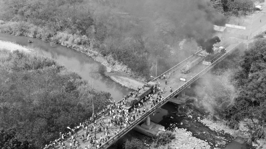 foto-aerea-incendio-gandola-venezuela-frontera-ayuda-humanitaria-@WCKitchen
