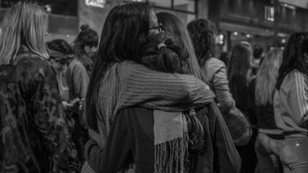 Mujeres-abrazo-feminismo-paro-internacional-marcha-Colectivo-Manifiesto