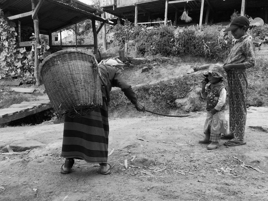 Myanmar mujer cargando agua la-tinta