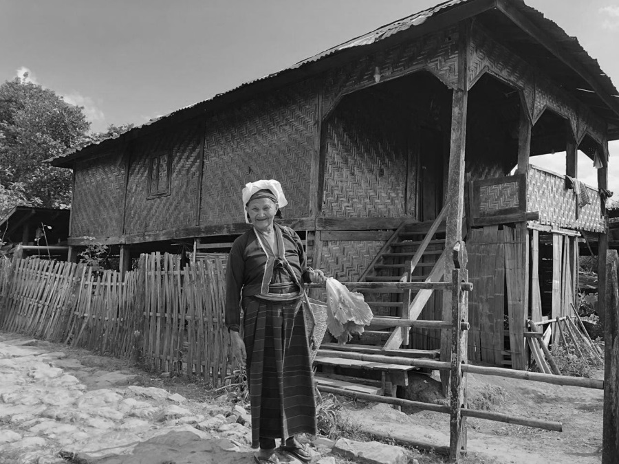 Myanmar mujer en el pueblo la-tinta