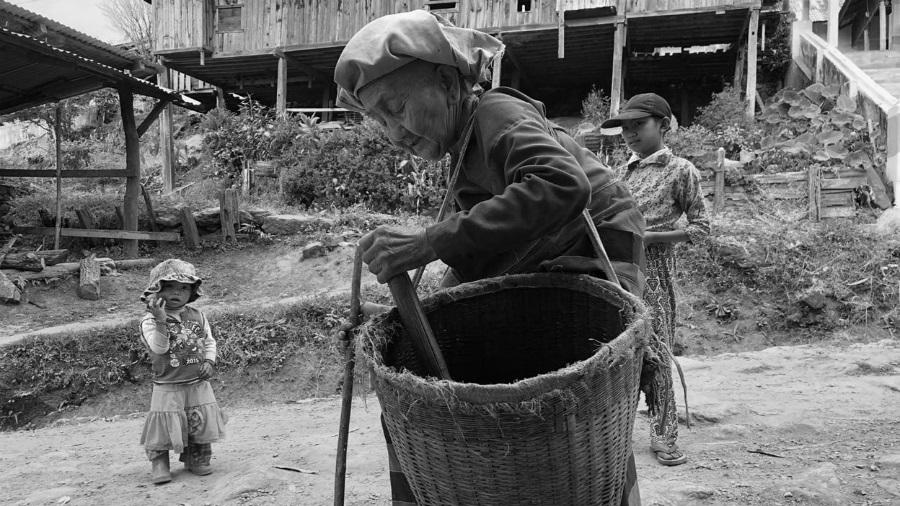 Myanmar mujer trabajando la-tinta