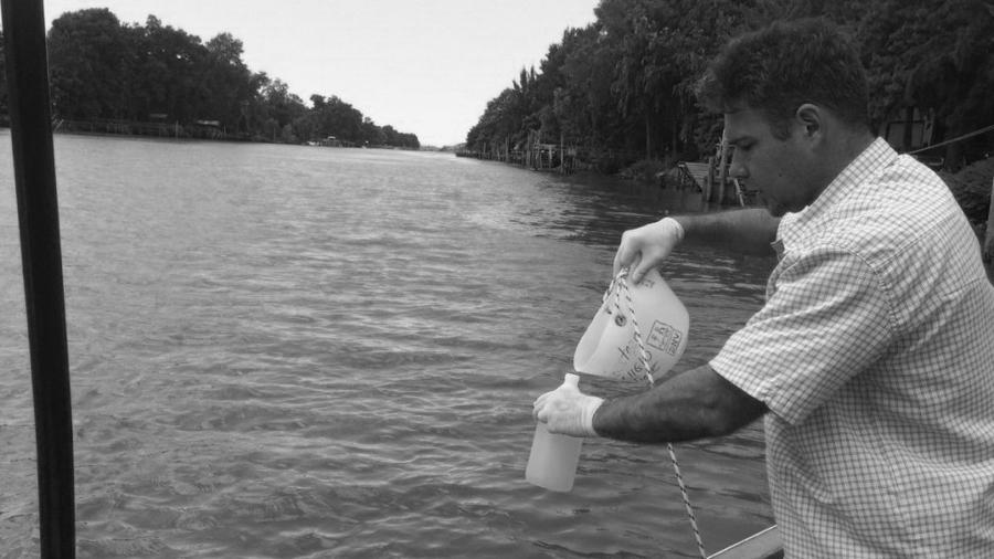 Agua-rio-muestra-investigador-parana