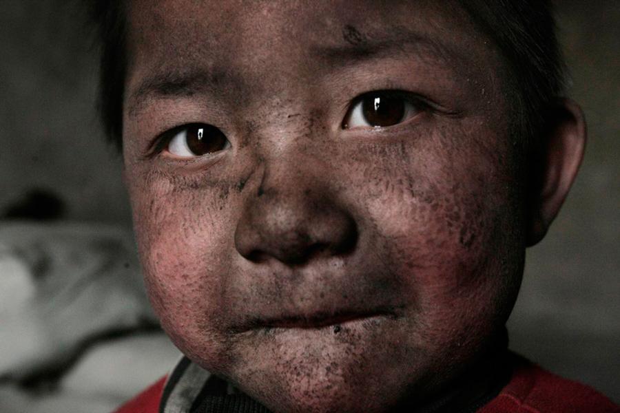 Niño viviendo en el distrito industrial. Wuhai, Mongolia Interior, 2005 © Lu Guang