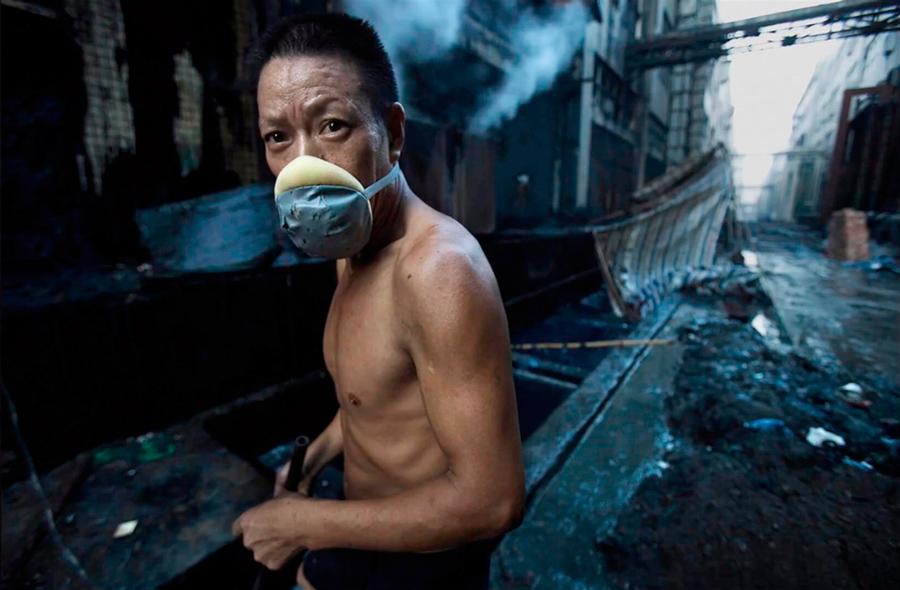 Trabajador de la industria textil en Xintang, Guangdong, 2010 © Lu Guang
